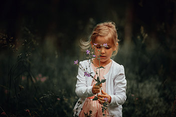 Photo shows a girl in a safe and secure summer milieu.