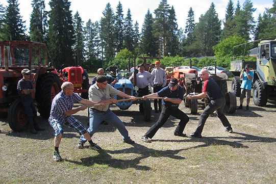 Photo shows village people's tug-of-war play in a community event.